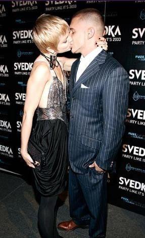 Mena Suvari ve sevgilisi Simone Sestito, New York'ta yılbaşı partisine girişte böyle görüntülendi.